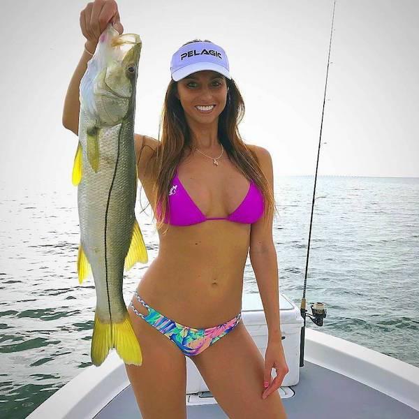 Красивые девушки на морской рыбалке (32 фото)