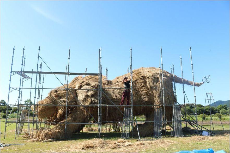 Соломенные статуи животных на полях в Стране восходящего солнца (12 фото)