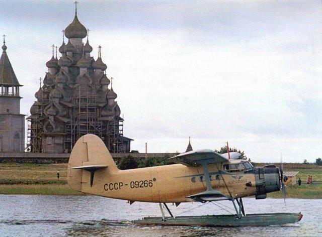 АН-2В на Онежском озере.Карелия, остров Кижи. 1973 год.