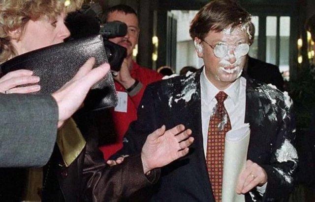 Билл Гейтс после броска в него тортом, 1998 год.