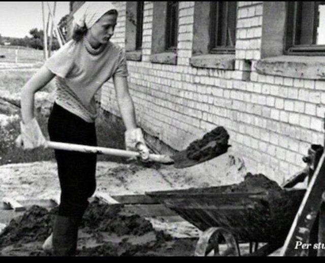 Будущий президент Литвы, 15-летняя Даля Грибаускайте работает на стройке. СССР, 1971 г.
