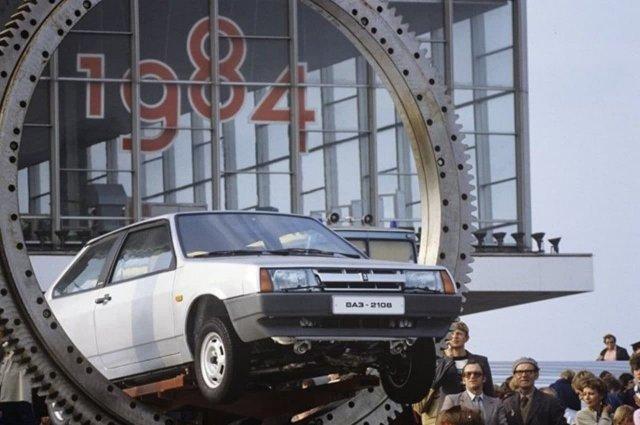 """В 1984 году на выставке """"Автопром-84"""" на ВДНХ представили ВАЗ-2108."""