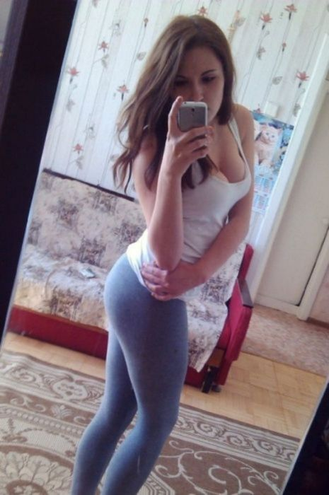 Девушки в обтягивающих штанах (35 фото)