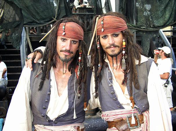1. Джонни Депп Своим дублером Тони Анджелотти на съемках Пиратов Карибского моря.