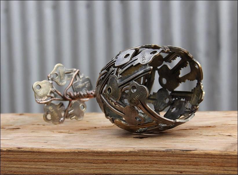 Скульптура рюмки из ключей