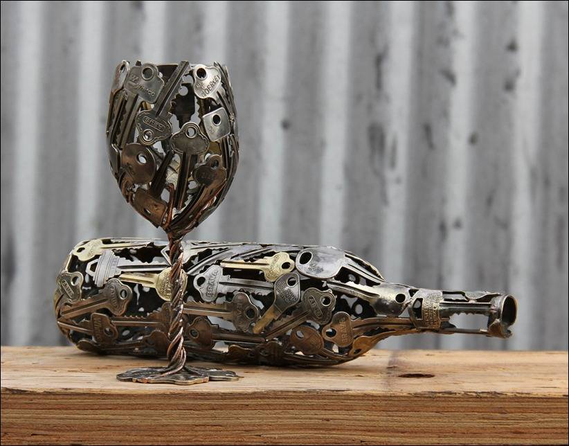 Бокал и бутылка из ключей