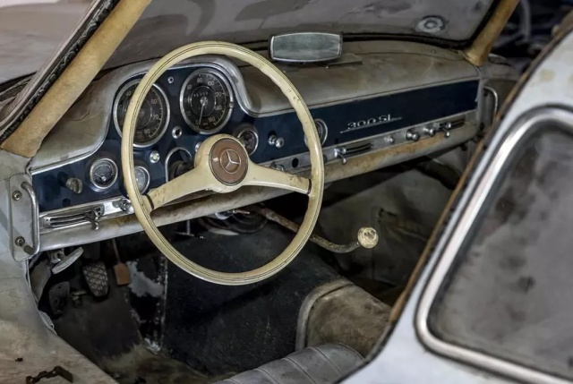 Неповторимый Mercedes-Benz 300SL Gullwing, какой стоял в автогараже 60 лет (8 фото)