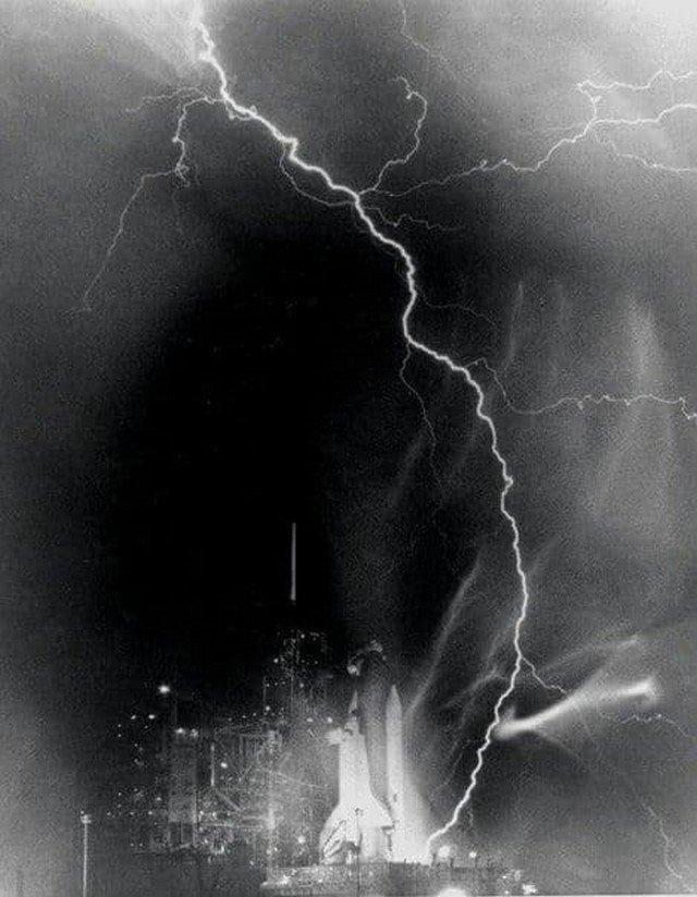 Молния, попавшая в шаттл «Челленджер» незадолго до его старта, 30 августа 1983 года.
