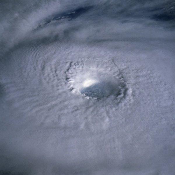А вот так ураган выглядит снаружи