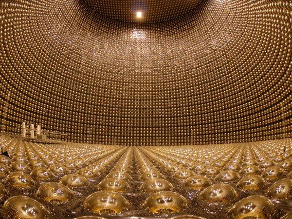 Огромный резервуар, представляющий собой нейтринный детектор «Супер-Камиоканде», Япония