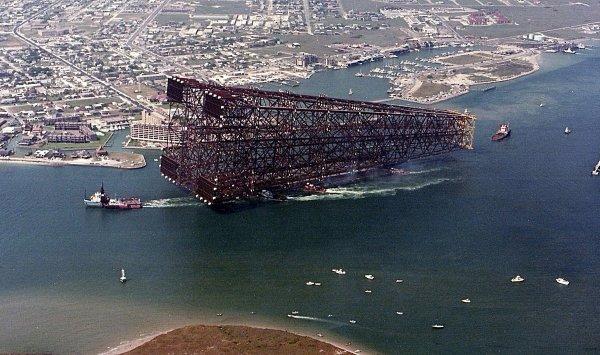 Нефтяная платформа Bullwinkle доставляется на место установки в Мексиканском заливе, 1988 год