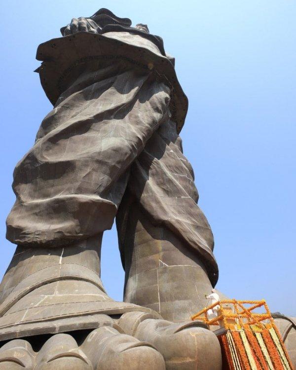 Вид снизу на Статую Единства, Индия