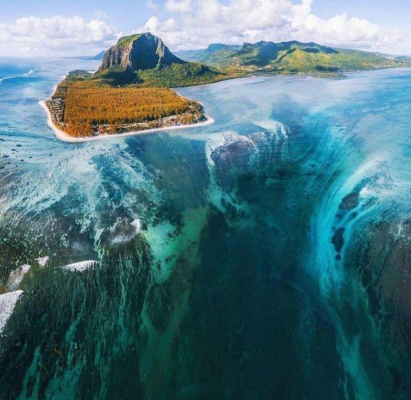 Устрашающий подводный водопад