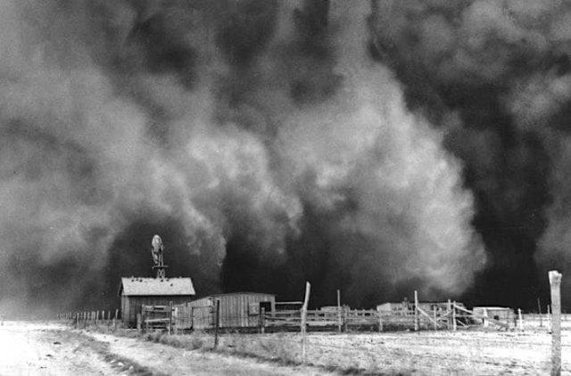 Ранчо в огромной пыльной буре в Бойз Сити, штат Оклахома, 15 апреля 1935 года.
