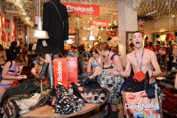 Необычная акция в бельгийском магазине одежды (24 фото + видео)