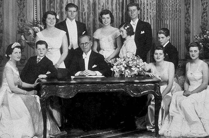 Тайны и загадки известных семей (8 фото)