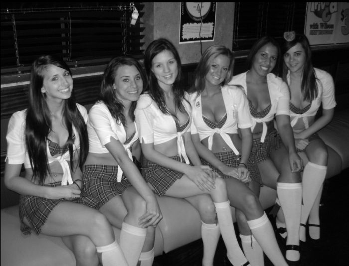 Симпатичные девушки-официантки в пабе (40 фото)