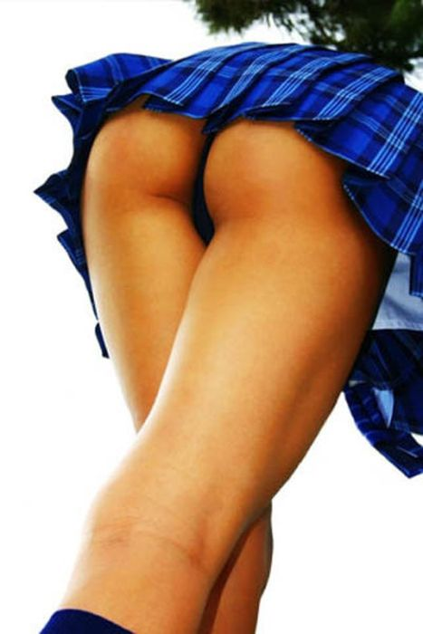 Девушки в коротких шортах и юбках (58 фото)