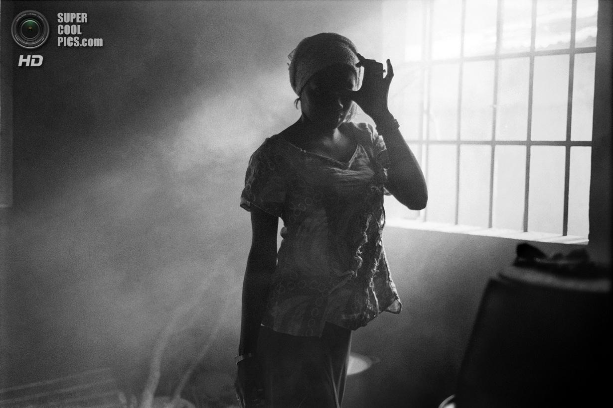 «Поощрительный приз». Арабка, рождённая в Нью-Йорке. Когда ей исполнилось 13, отец девочки решил отправить её к родственникам в маленький гамбийский городок Баджа-Кунда. Теперь она живёт здесь без электричества и в двух часах езды на автобусе от ближайшего города, работая с утра до ночи. Она единственный житель города с американским паспортом, однако он ей больше не нужен из-за жёстких семейных традиций. Место съемки: Гамбия. Баджа-Кунда, Верхняя Река. (Maurin Bisig/National Geographic Photo Contest)