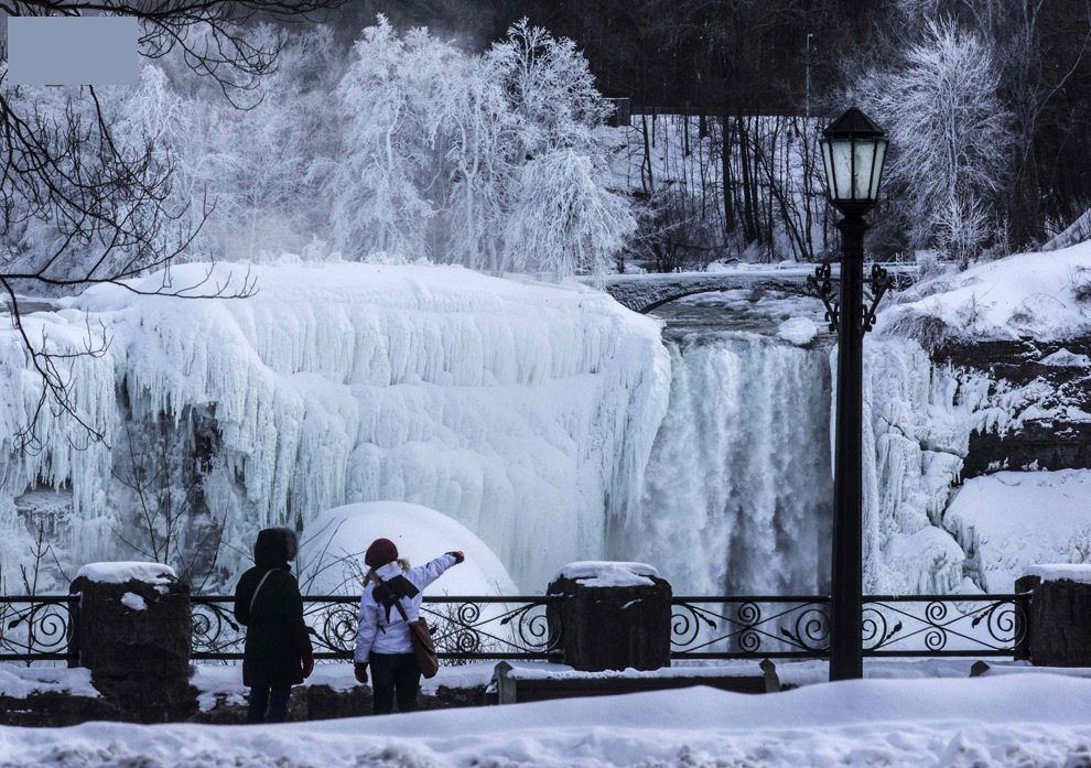Ниагарский водопад выглядит ошеломляюще, когда он частично замерз.
