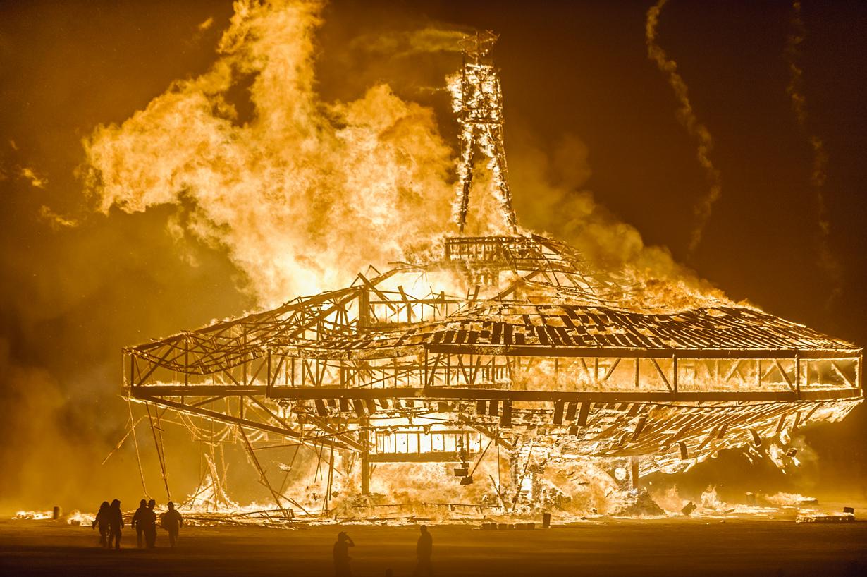 США. Фестиваль Burning Man в пустыне Блэк-Рок. Мероприятие проводится ежегодно в конце августа и длится на протяжении восьми дней. Программа фестиваля включает музыкальные и танцевальные представления, а также торжественное сожжение гигантских скульптур. (Julia Wolf)