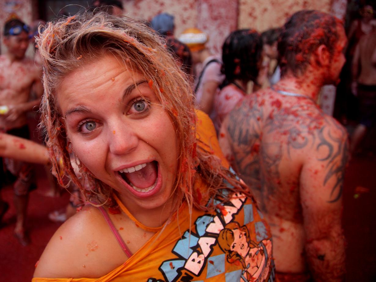 Испания. Томатина в Буньоле. Мероприятие проводится ежегодно в последнюю неделю августа. Программа фестиваля включает массовые баталии помидорами. (flydime)