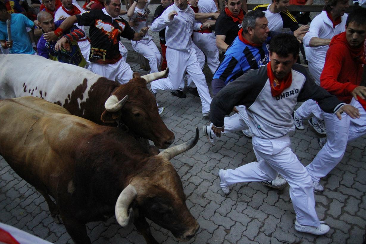 Испания. Сан-Фермин в Памплоне. Мероприятие проводится ежегодно и длится с 6 по 14 июля. Программа фестиваля включает энсьерро (бега с быками), корриду, карнавалы, шествия огромных кукол и народные гулянья. (Asier Solana Bermejo)