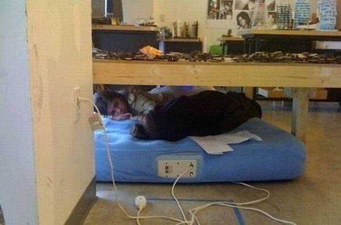 Люди решившие вздремнуть на рабочем месте (30 фото)
