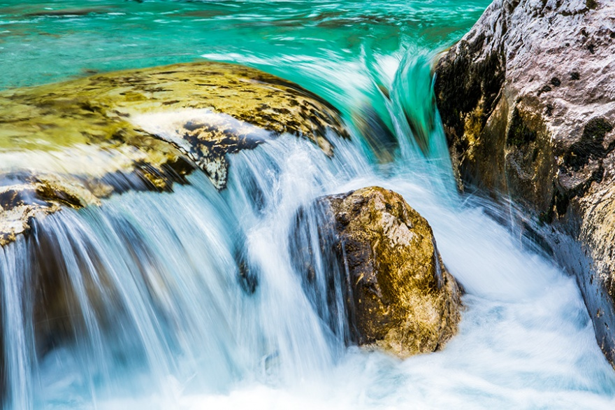 1709760-R3L8T8D-880-07-Slovenia-Soca-river-waterfall
