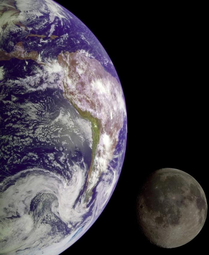 Это фото составлено из двух разных кадров Земли и Луны, сделанных космическим кораблем Galileo в 1992 году по пути на Юпитер.