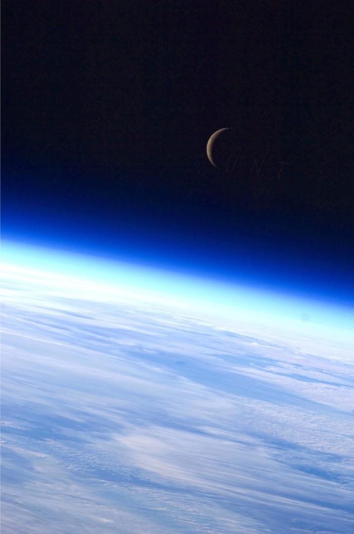 Серп Луны над Землей, сфотографированный с МКС в 2010 году.