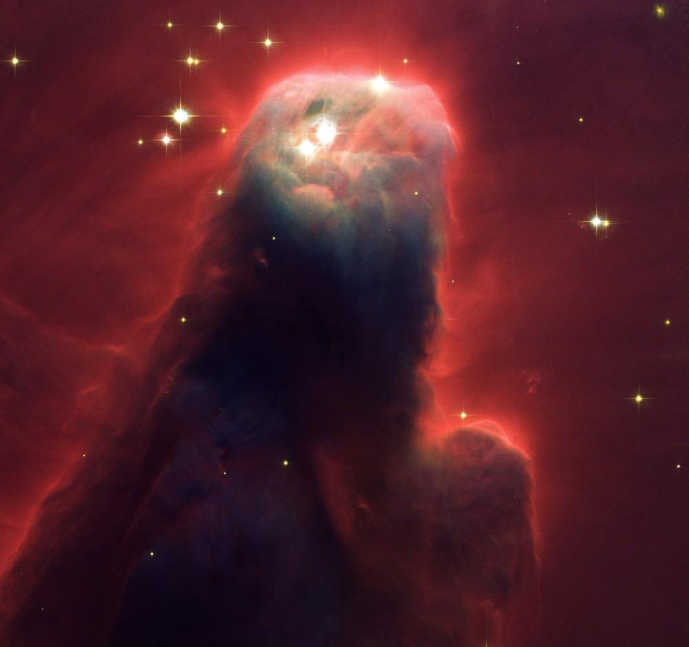 Красное излучение вокруг скопления пыли и газа в созвездии Единорога, снимок сделан с телескопа Hubble в 2002 году.