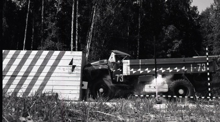 Исторические краш-тесты грузовика ЗИЛ-130 (20 фото)