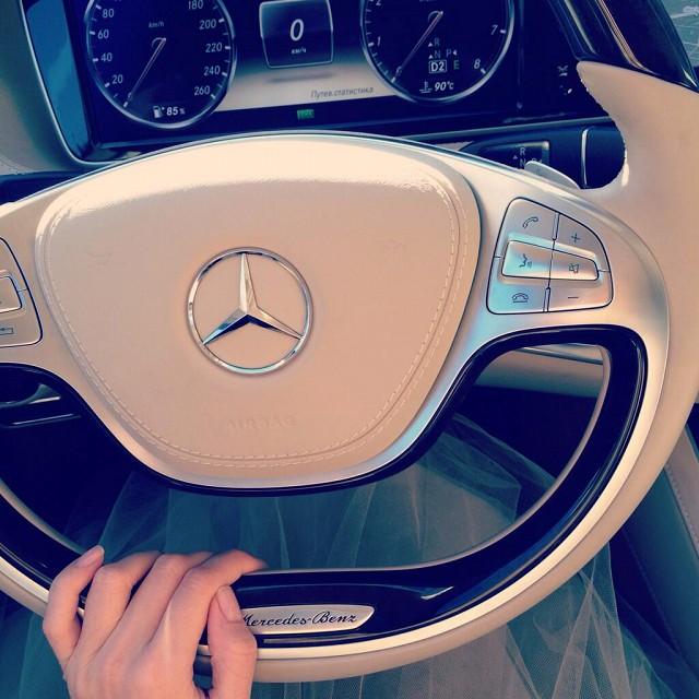 Рука на руле дорогого автомобиля