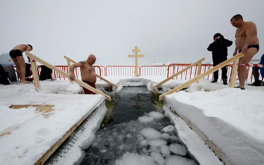 1. В России, от Калининграда до Владивостока православные христиане отпраздновали Крещение Господне, окунаясь в ледяную воду.