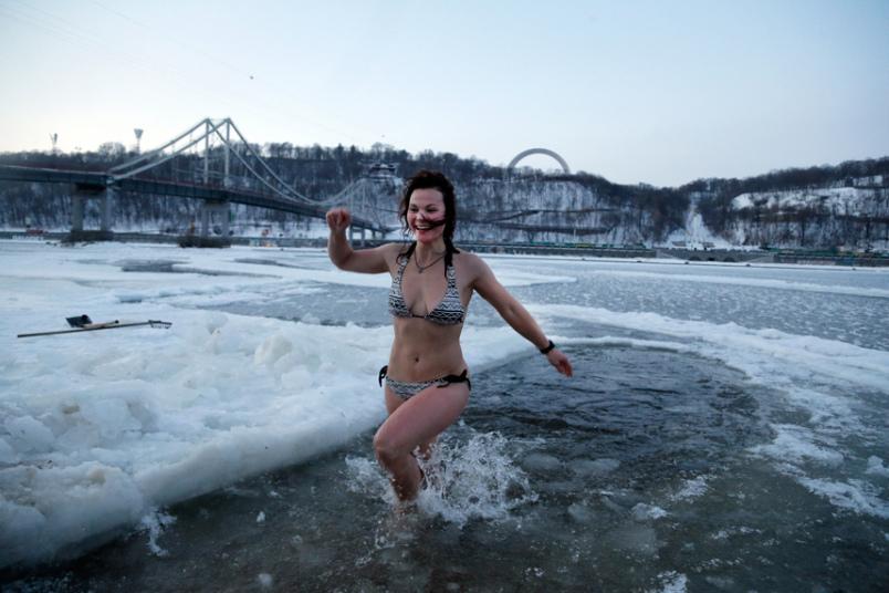 13. Украина также празднует Крещение Господне. Река Днепр, Киев, Украина.