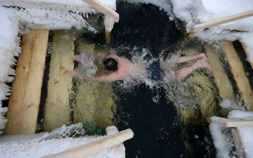 2. Купание в ледяной воде – традиционный обряд всех православных христиан, проводимый каждый год 19 января.