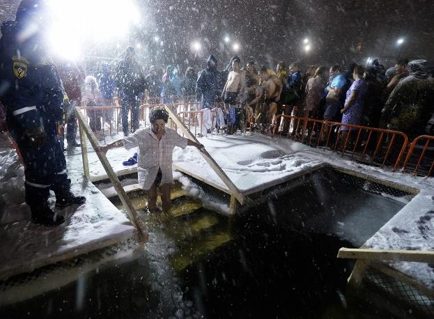 21. Но снег только поднимал настроение людям во время купания.