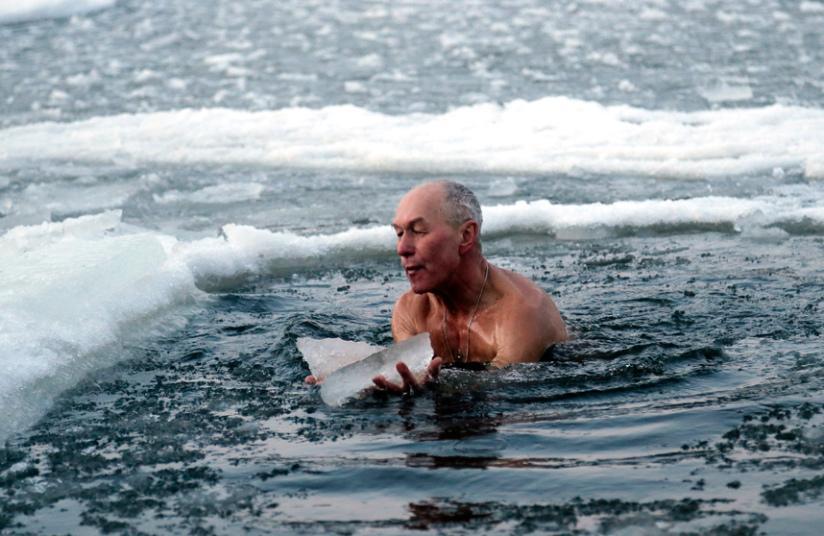5. Украина. Мужчина погружается в ледяную воду в Киеве.