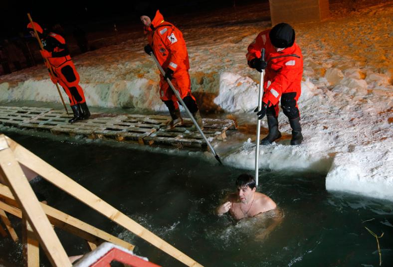 9. Спасатели пристально следят за купающимися и в случае чего помогают выбраться из ледяной воды.