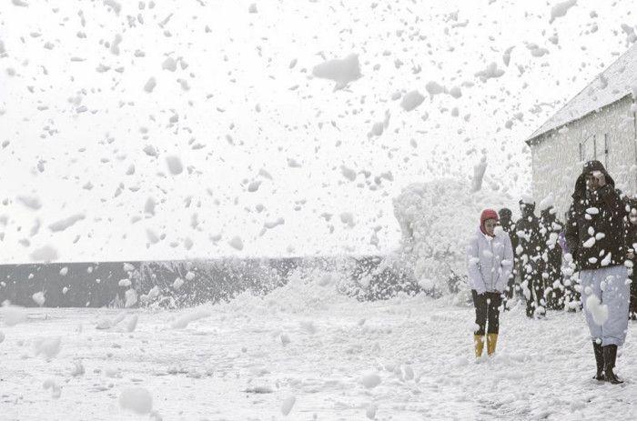 Обрушившийся на Европу ураган накрыл морской пеной городок Пенмарш (8 фото + 2 видео)