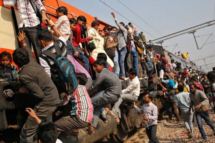 Железнодорожные поезда в Индии (13 фото)