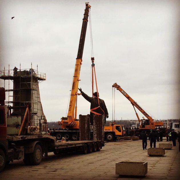 В Запорожье обрушили самый огромный в Украине монумент Ленину (5 фото)
