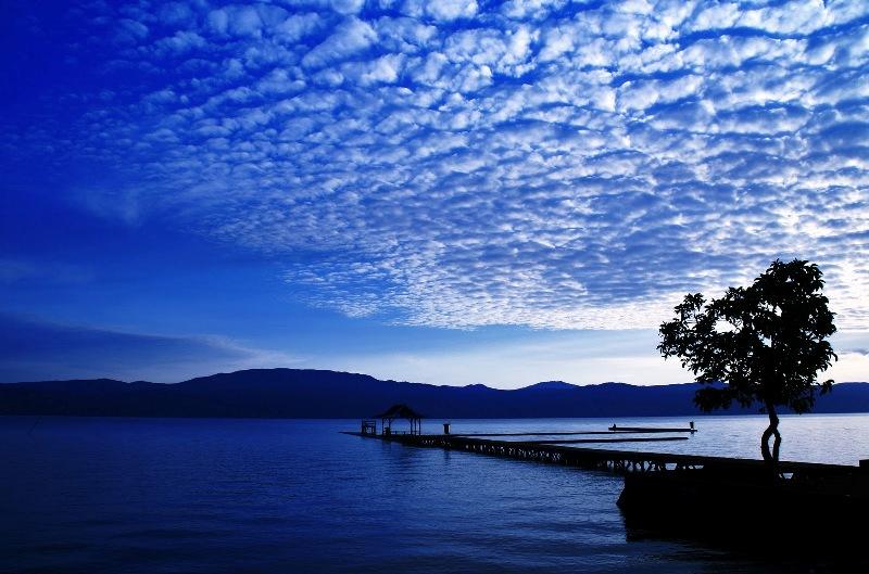 Матано - самое глубокое озеро Индонезии. фото